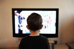 ילד רואה טלוויזיה